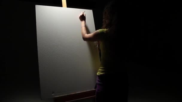 Nő művész ecset stúdióban festés