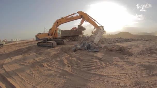 madina - saudi arabien 8 dezember 2014- hydraulischer hammerbrecher auf bagger zerstört felsen - fischauge