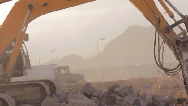 madina - saudi arabien 8 dezember 2014 - hydraulischer hammerbrecher auf bagger zerstört felsen - close up