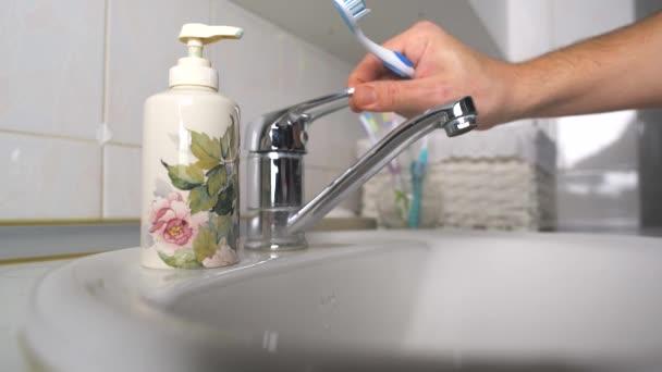 Muž, čištění zubů v koupelně (pevná rám - silueta)