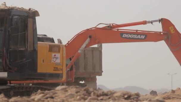 madina - saudi arabien 8 dezember 2014 - baggerschaufel lädt einen kipper