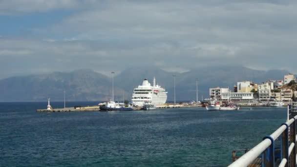 Přístav, pohled na kotvící plavby lodí a malé rybářské lodi