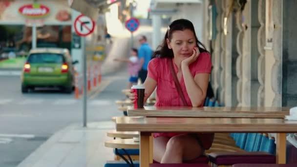 Atraktivní model s šálkem čaje nebo káva, venkovní restaurace