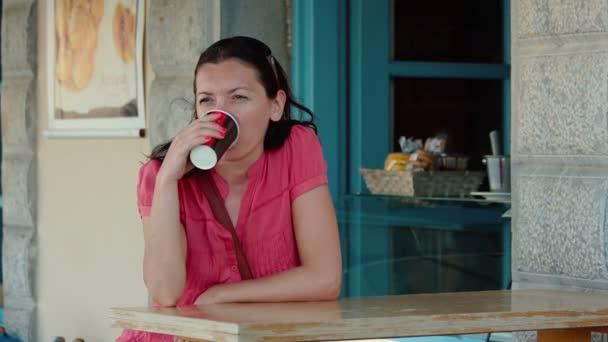 Posezení v kavárně, krásná mladá žena pije káva nebo čaj