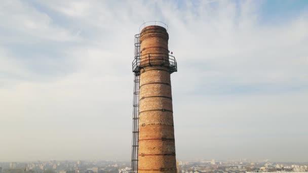 Luftaufnahme Industriegebiet Flug über ein großes rotes Ziegelrohr, aus dem kein Rauch kommt. Fabrikproduktion, die nicht funktioniert.