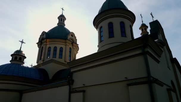 Silhouette einer christlichen Kirche im Gegenlicht der Sonne.