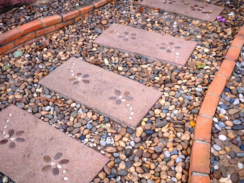 Bardzo dobryFantastyczny chodnik z kamienia i cegły w ogrodzie — Zdjęcie stockowe NM57