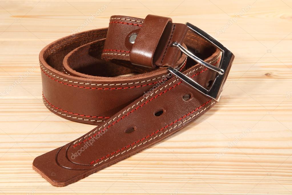 7cc69cc717715 Skórzany pasek z metalową klamrą dla Spodnie męskie na podłoże drewniane —  Zdjęcie stockowe