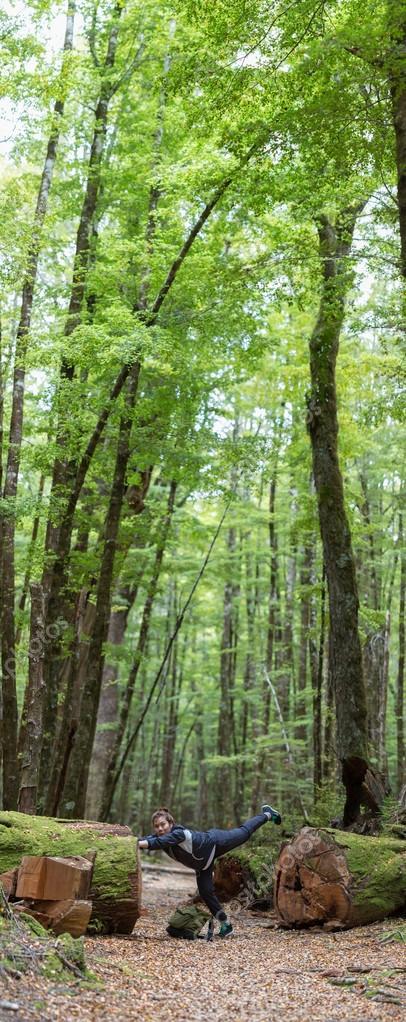 Giovane donna adulta, esplorare il sentiero nel bosco — Foto Stock ...