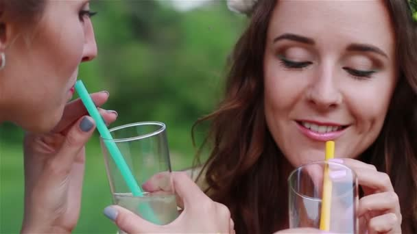 Schöne Mädchen küssen, trinken Limonade