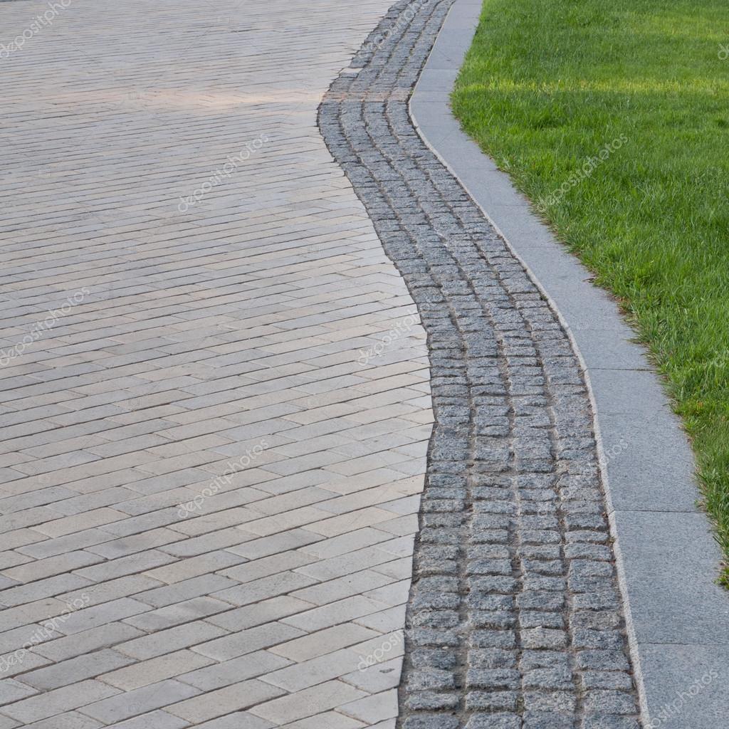 Camino del parque de camino de piedra del adoqu n en oto o - Adoquin de piedra ...