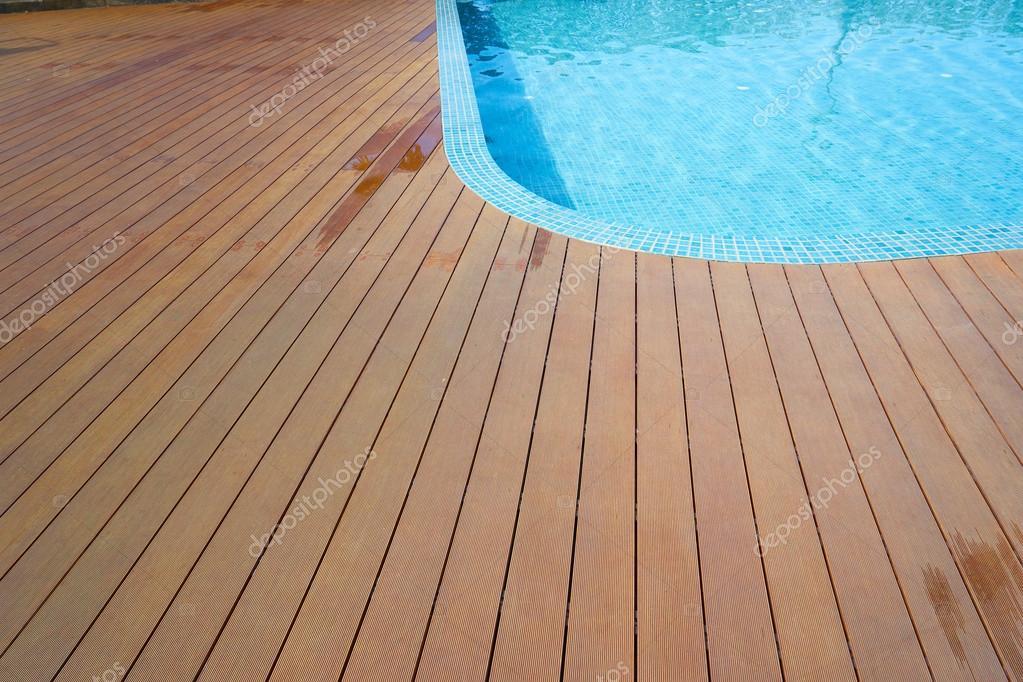 Zwembad met nep houten vloeren u stockfoto jamesteohart