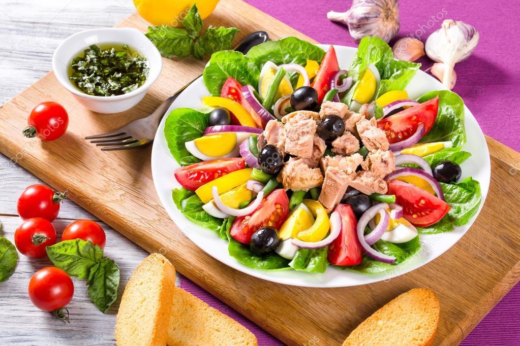 Ensalada francesa con at n y verduras frescas y hierbas for Ensalada francesa