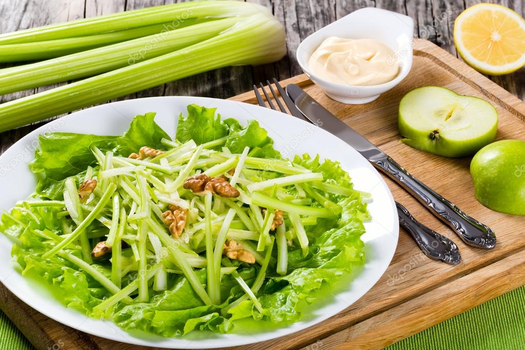 Ceviz Yeşil Elma Ve Kereviz Ile Waldorf Salatası Stok Foto