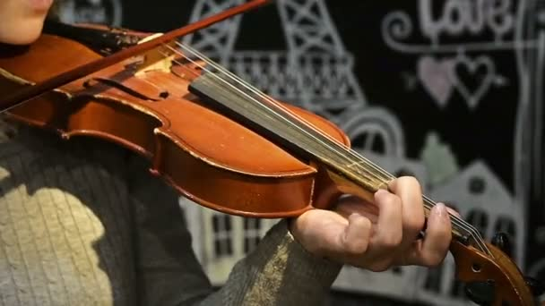Mädchen spielt Geige