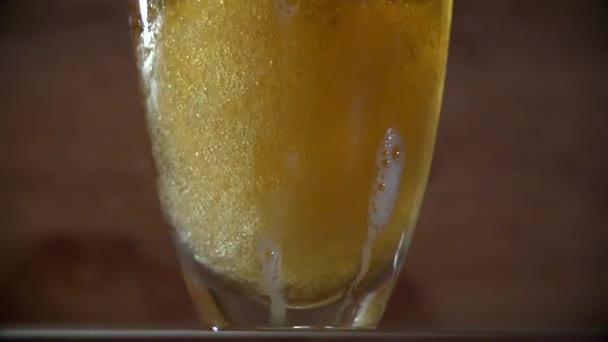 habos sört öntenek egy pohár