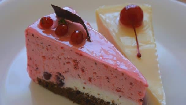 Brusinkový dort a třešněmi
