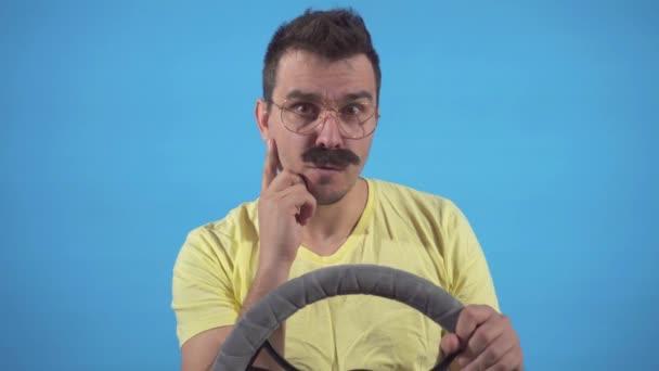nalezení řešení mužský blázen s knírkem řízení auto na modrém pozadí izolovat