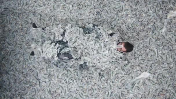 šťastný podnikatel v hromadě bankovek vertikální video obrazovce