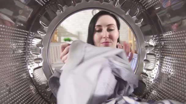 fiatal nő veszi tiszta mosoda ki a mosógép