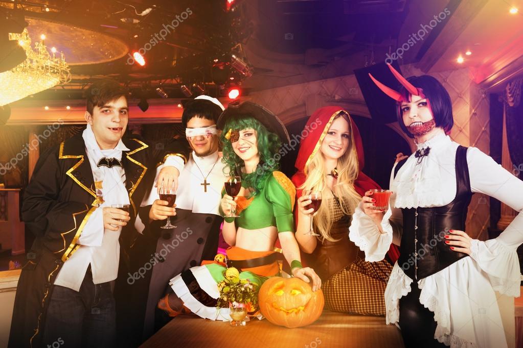 Halloween Gruppo.Gruppo Di Amici Alla Festa Di Halloween In Costumi Foto Stock