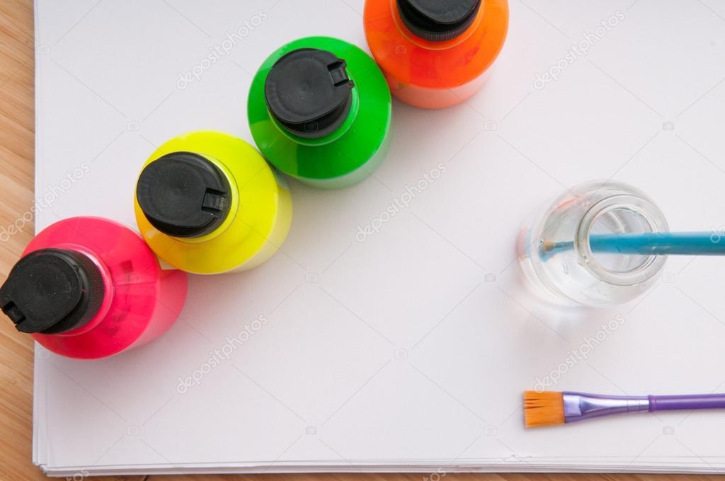 Brillante color potes de pintura con pincel para acto de arte para ...