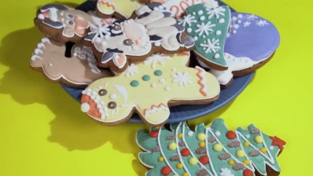Vánoční perník v talíři ve tvaru novoroční strom, býk, sněhová vločka, zvonek, jelen, anděl otáčí na stole, zblízka.