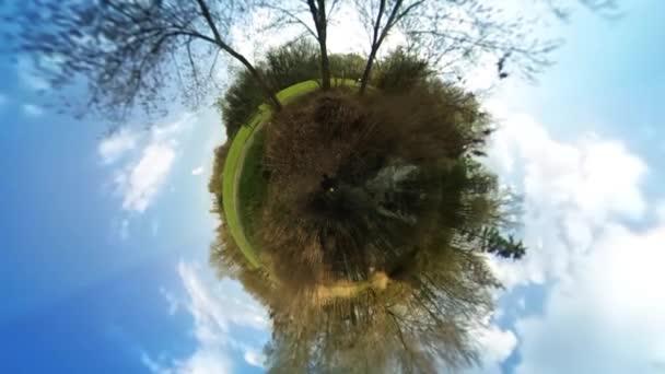 Mladý muž turistické Green Park sférické panoráma svěží zelené stromy slunečný den lidé jsou pěší turisté chodci Blue Sky Video pro virtuální realitu