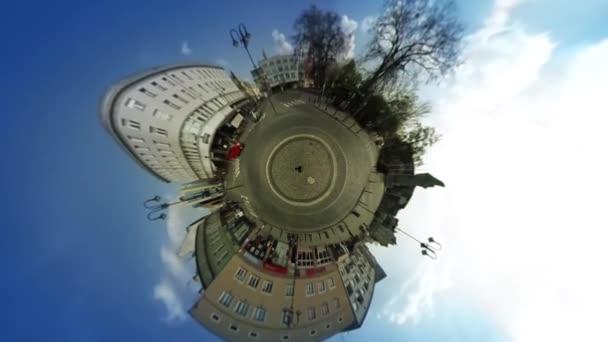 Ember ember sárga séta város gömb alakú panoráma épületek hajtott autók régi Vintage házak csupasz ágak tavaszi videó virtuális valóság utca-és városrészlet