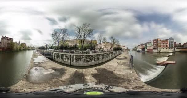 Város a folyó Video 360 vr kis bolygó videóinak töltésen híd Vintage épületek autók felhők lebeg az égen nap ragyog kék ég Opole, Lengyelország