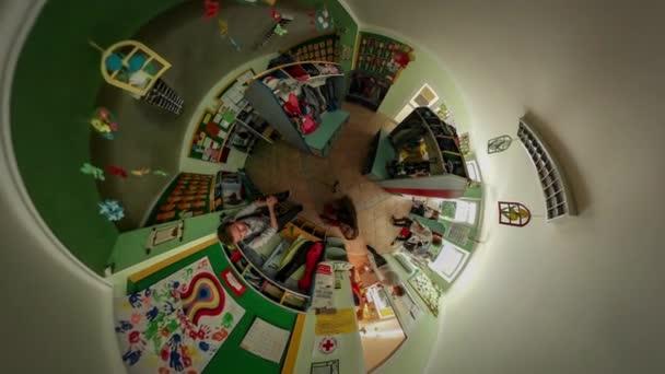 360VR Video preescolar graduación Opole chica pone un zapatos ...
