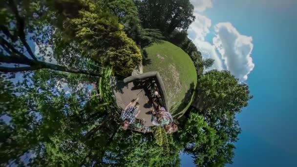360vr Video lidí vyhlídková plošina exkurze botanická zahrada Opole Park rozhlížel rodiče drží děti trávit čas společně slunečný den zelené stromy