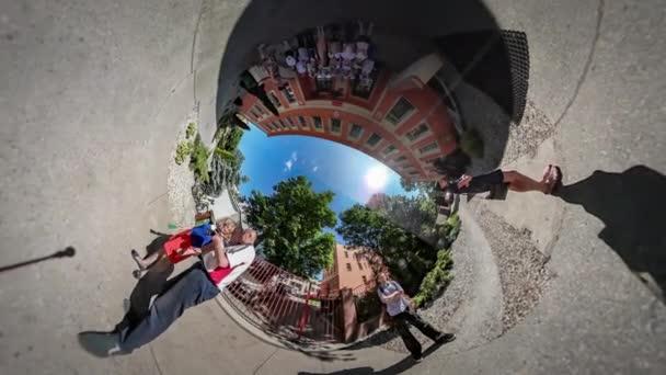360vr videóinak ünneplés utolsó tanul nap Opole boldog gyermekek és tanár, napsütéses nyári napon közelében iskola bejárat kék ég zöld fák, az udvari