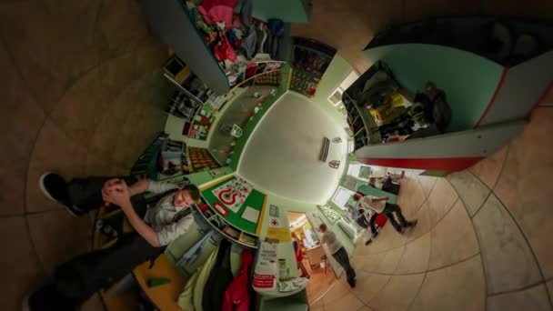 360vr Video děti a rodiče v MŠ promoce Opole šťastné děti v slavnostní oblečení se připravují na události muž tátu v sezení s holkou Kid