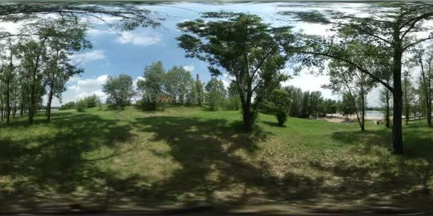 360vr Video muž jezera Boleslav Forest Grove v Opole batohem na zelený trávník čerstvé stromy Cloudscape letní den stíny stromů Sunny modré oblohy