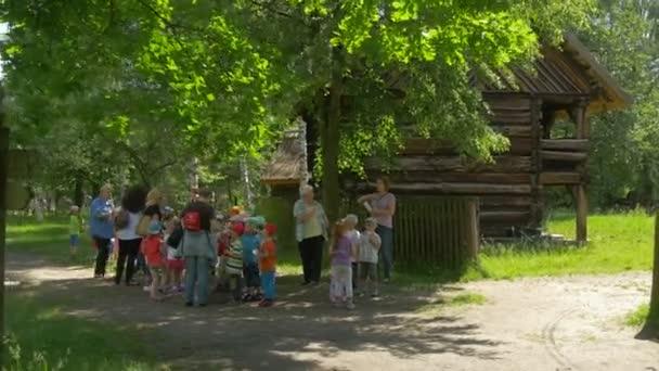 Skupina malých dětí v dřevěné architektuře Tours