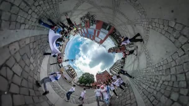 360vr videóinak gyerekek iskolai gyermekek Opole tér gyermekek nap ember ünnepe fiatal turista kamera csoport gyerekek előtt a könyv lufi