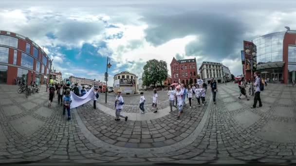 360vr a videót az emberek Opole City Square gyermekek nap fiatal nők a kék buborékok családok hátizsákos előtt kamera fiatal emberek autók Térburkolatok