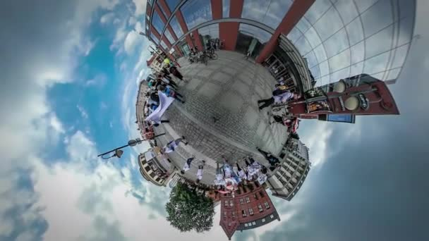 360vr a videót az emberek: Opole szögletes gyerek nap fiatal nők kék ballonokat családok hátizsákos turista előtt kamera csoport gyerekek Térburkolatok
