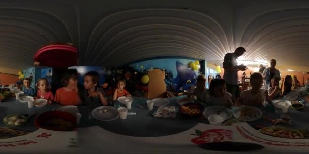360vr, Video děti jsou jíst strana dětský den v Opole školky rodiče jsou nastavení tabulky dávat dolů jídlo rodiny trávit čas spolu