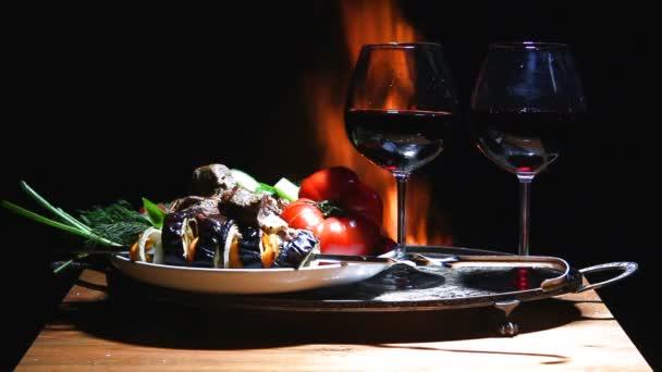 Dvě sklenky vína zeleniny a masa