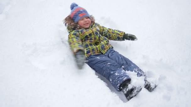 Chlapec, takže sníh anděl