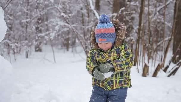 Krásný veselý kluk s sněhulák