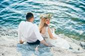 Fotografie beautiful couple posing on the rock