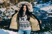 Fotografie schöne junge frau im winterwald
