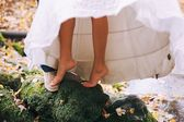 Fotografie groom and bride with bare feet