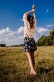Fotografie mladá dívka pózuje s pozadí oblohy