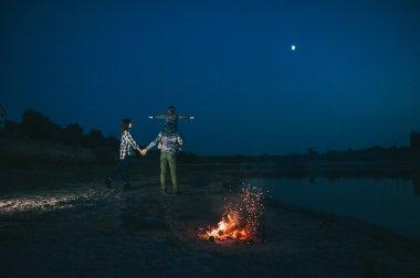 Mutlu genç aile kamp ateşi yakın
