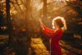 Fotografie Mädchen in einem geheimnisvollen Wald