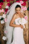 nevěsta drží svatební kytice